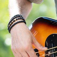 Le chapelet MARCUS se porte aussi en bracelet multitours⚡️  Il est composé de pierres de lave et les guitaristes reconnaîtront les perles de basse en laiton...😎🤙🏼  N'oubliez pas; les frais de port par lettre suivie sont offerts jusqu'à ce soir minuit!  Photo @charlotteschousboe   #basse #bracelethomme #chapelet #pierredelave #bijoutransformable #madeinmarseille