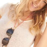 Le porte-lunettes MYKONOS corail est l'allié parfait pour cet été ⭐️  Lunettes @voltefaceofficial   #portelunettes #sautoir #corail #madeinmarseille #bijoucreateur