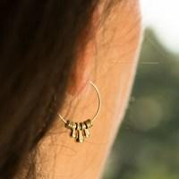 Nos créoles NINA, discrètes et élégantes, avec de fines hématites.  #créoles #bo #earrings #hématites #bestseller