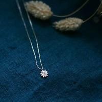 Comme une étoile qui brille dans la nuit…💫 Le pendentif en forme de dahlia est incrusté de zirconium: le collier MARGAUX est discret, fin et élégant..  #bijoux #dahlia #omabloombijoux   Photo @atelier_riou