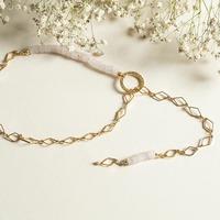 Le collier cravate LYDIE est une création originale de notre chère @emiliabqn. . Elle a choisi du quartz rose et une chaine losange doree à l'or fin.  . Passez la chaine dans le cercle martelé pour ajuster votre collier a la taille souhaitée! 🌟 . #colliercravate  #bijoucreateur  #lydie #madeinfrance